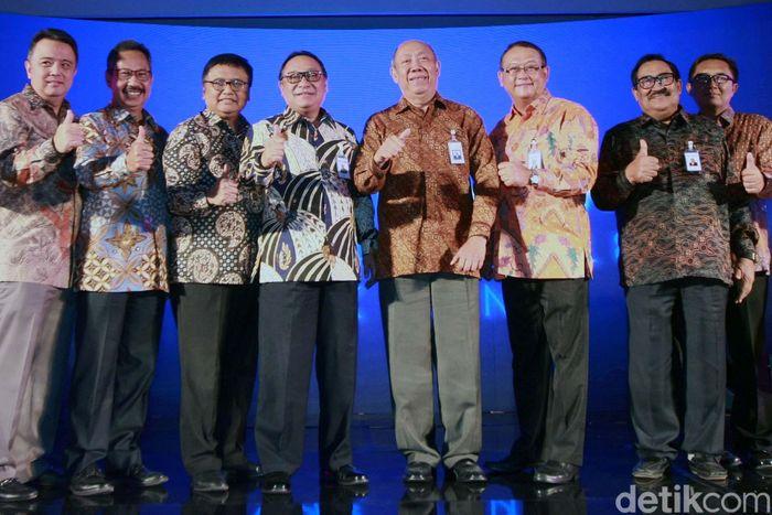 Direktur Utama PT Bank Tabungan Negara (Persero) Tbk Maryono (tengah), Komisaris Utama Bank BTN I Wayan Agus Mertayasa dan jajaran Direktur serta Komisaris Bank BTN mengacungkan jempol saat peluncuran visi dan misi terbaru Bank BTN di Jakarta, Rabu (03/1/2018).
