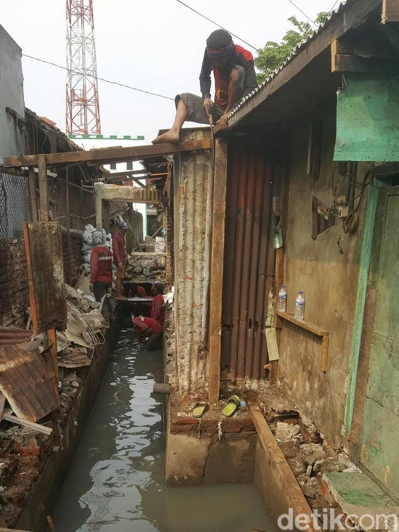 Puluhan Bangli di Wonokromo Ditertibkan
