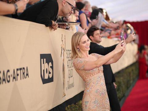 Selain Obama, Emily Blunt Juga Menolak Ajakan Selfie Penggemar