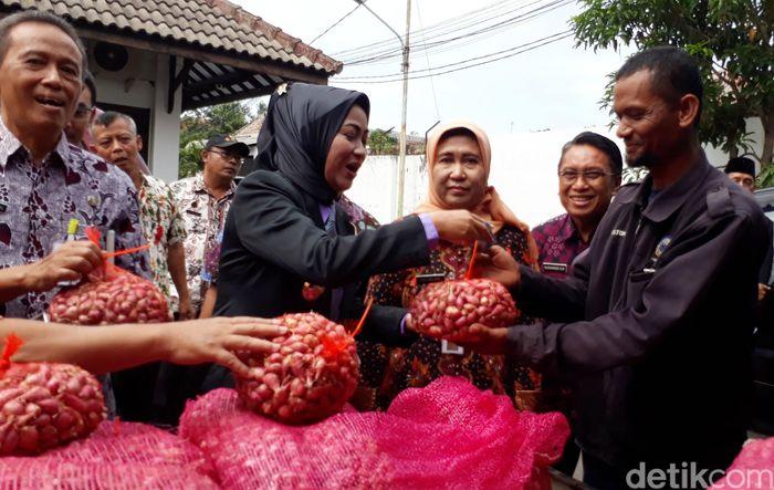 Aksi borong bawang merah diawali dari kantor Sekretariat Daerah (Setda), Rabu (3/1/2018).