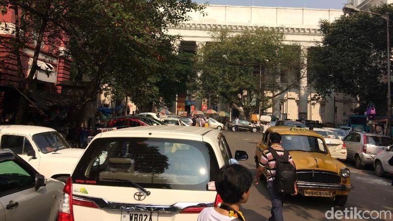 Klakson tak pernah berhenti dari dari pagi hingga dini hari di Kolkata. Tapi, tidak terlihat perang mulut di jalanan, bahkan jarang terjadi kecelakaan fatal (Masaul/detikTravel)