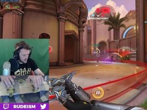 Gamer Ini Main Overwatch Pakai Fidget Spinner
