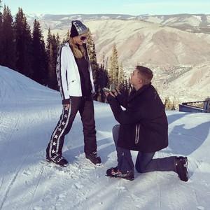 Romantis! Paris Hilton Dilamar Kekasihnya di Gunung Bersalju