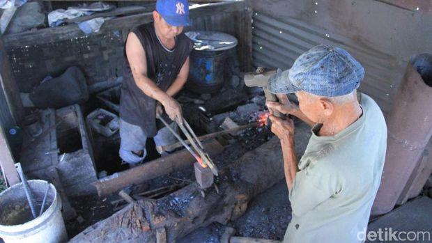 Menengok Bengkel Pandai Besi yang Hampir Punah di Majalaya Bandung