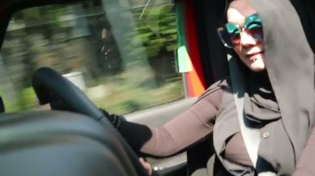 Jennifer Dunn Ditangkap, Sarita Kangen Touring Mobil