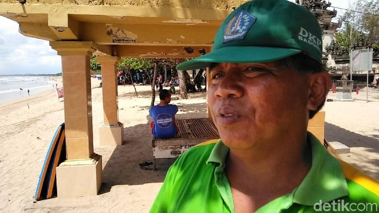 Mandor pekerja kebersihan Dinas Pertamanan Kabupaten Badung, Gede Astawa (Prins David Saut/detikTravel)