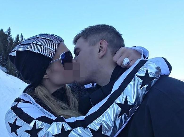 Paris Hilton Dilamar Kekasih dengan Cincin Berlian Rp 27 M