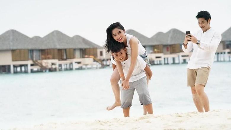 Dewi Persik bersama keluarganya liburan di Maldives (dewiperssikreal/Instagram)