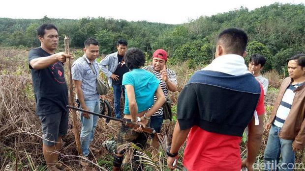 Pelaku penembakan bayi 2 tahun di Dharmasraya, Sumatera Barat dibawa untuk mencari barang bukti.