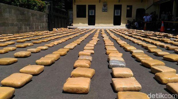 Penampakan 1,3 ton ganja asal Aceh yang digagalkan petugas