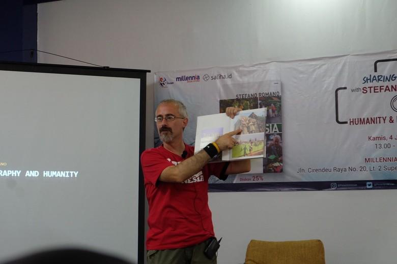 Stefano Romano Berbagi Cerita tentang Buku Fotografi Kampungku Indonesia