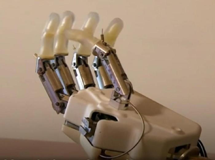 Ilmuwan sedang mengembangkan tangan bionik yang bisa merasakan sentuhan mirip dengan tangan yang dimiliki tokoh Star Wars Luke Skywalker. Foto: BBC