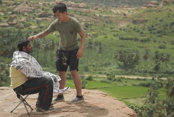 Miguel bersama rekannya yang membawa kamera untuk mengabadikan perjalanannya, mencukur orang di destinasi wisata yang terkenal di negaranya (Instagram/Nomad Barber)