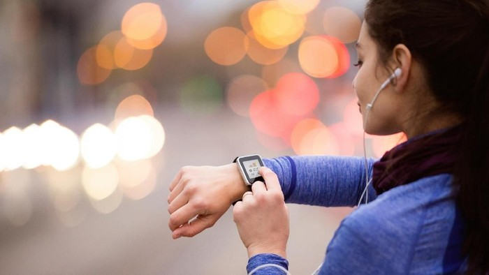 olahraga pakai perangkat atau smartwatch. Olahraga dengan beban atau angkat beban (latihan beban).