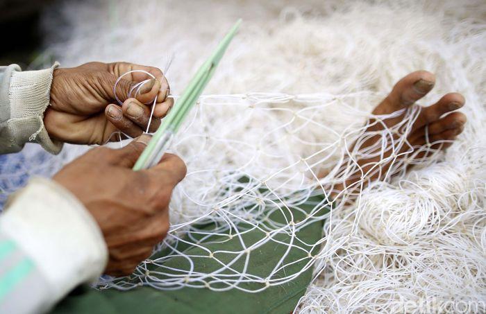 Nelayan kini tak lagi boleh menggunakan alat tangkap jaring cantrang per tanggal 1 Januari 2018. Hal ini sesuai dengan aturan larangan pengunaan alat penangkapan ikan pukat hela dan pukat tarik yang tertuang dalam Peraturan Menteri (Permen) Kelautan dan Perikanan Nomor 2 Tahun 2015, di mana cantrang termasuk salah satu yang dilarang di dalamnya.