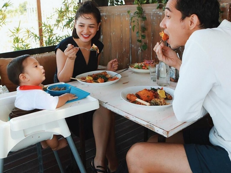 Video Andien Salat Gendong Anak Dicibir, Ini Balasan Sang Suami