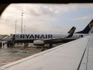 Muak dengan Delay, Penumpang Pesawat Keluar dari Pintu Darurat