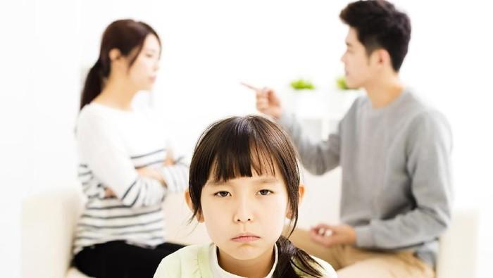 Ilustrasi orangtua bertengkar di depan anak. Foto: Thinkstock