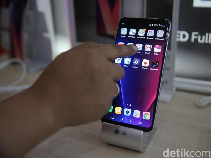 Ponsel pintar LG mulai menyapa pasar Indonesia. LG V30 PLUS yang merupakan ponsel pintar pertama di dunia dengan layar OLED Full Vision.