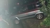Pengemudi Tak Hati-hati, Sebuah Mobil Nyemplung Selokan di Ponorogo