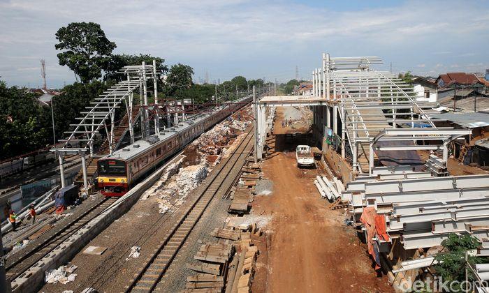 Kereta commuter line melintas di Stasiun Buaran.