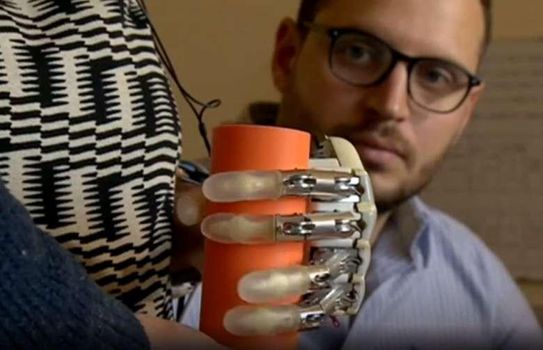 Tangan bionik ini bisa memegang benda dengan erat, dan mengetahui apakah benda tersebut keras atau lembut melalui sentuhan. (Foto: BBC)