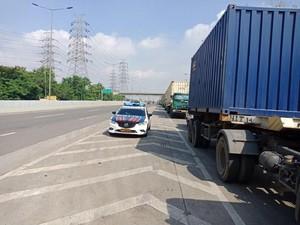 Foto: Detik-detik Ibu Hamil Melahirkan di Mobil PJR
