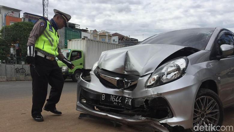 Mobil Tabrak Tiang Jembatan Rel Kereta Matraman, Penumpang Pingsan