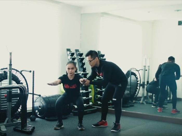Cara yang benar melakukan squat challenge/Foto: 20detik