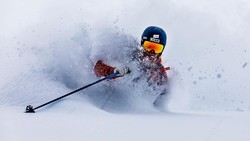 Walaupun mengidap buta warna, kondisi ini tak menghalangi Oskar Enander untuk menjadi salah satu fotografer ski paling andal di dunia. Seperti ini jepretannya.