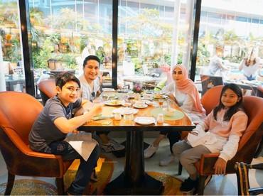 Liburan yang cuma makan di luar juga asyik kok selama bareng keluarga. (Foto: Instagram/ariekuntung)