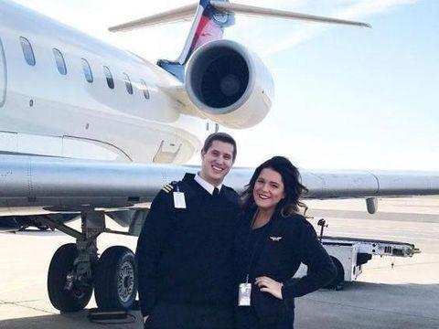 So Sweet! Pilot Lamar Pacarnya yang Pramugari di Depan Penumpang Pesawat