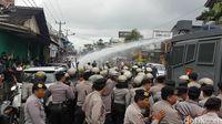 Simulasi, Massa dan Polisi Bentrok di KPU Kota Sukabumi
