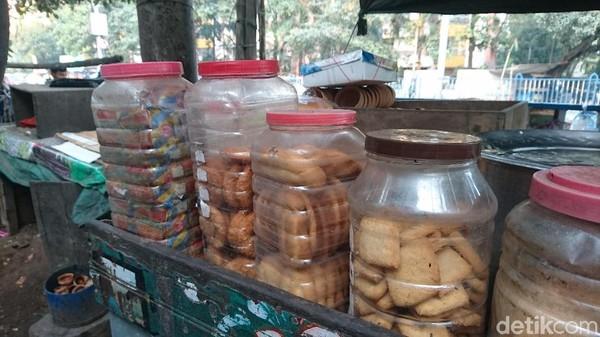 Biasanya, para penjual chai tak hanya menjual minuman. Ada beberapa roti kering dan basah atau camilan untuk mendampingi menyeruput chai (Masaul/detikTravel)
