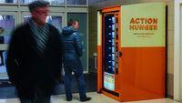 Mulia! Vending Machine Ini Bagikan Makanan Gratis untuk Tuna Wisma