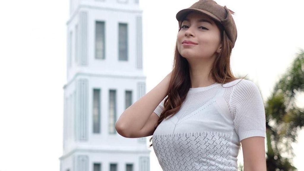 Foto: Gaya Liburan Presenter Bola Seksi, Sandra Olga