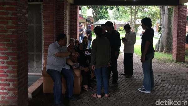 Begini Suasana di Rumah Duka Yon Koeswoyo