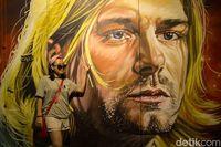 Traveler yang berfoto di depan mural pentolan band Nirvana, Kurt Cobain (Randy/detikTravel)