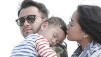 Mereka juga mengajak sang putra kesayangannya, Rafathar. Foto: Instagram/raffinagita1717