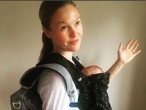 Cerita Aktris Julia Stiles Hadapi Kritikan Soal Menggendong Bayi