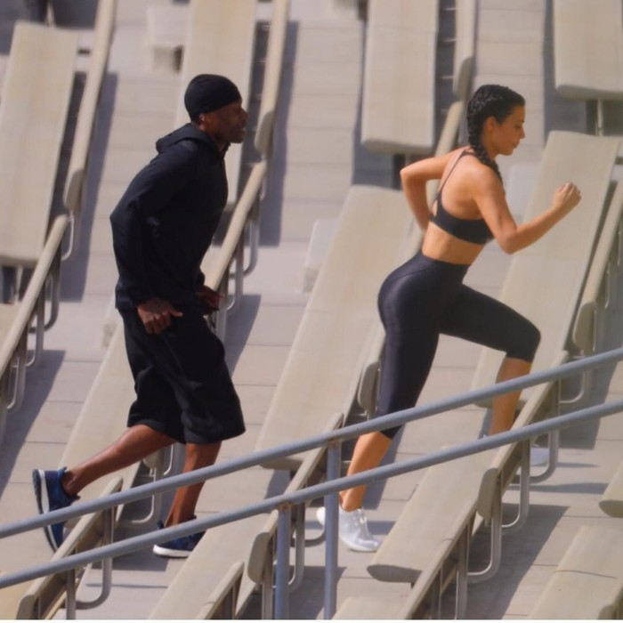 Kimberly Kardashian West atau sering disapa Kim Kardashian memiliki bokong yang sangat menarik juga postur tubuh yang sangat kencang. Bentuk tubuhnya itu didapatinya dari rutinitas berolahraga, salah satunya jogging. Ia juga rutin melakukan olahraga angkat beban. (Foto: Instagram/@kimkardashian)