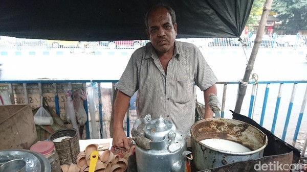 Para penjual chai, yang disebut chai wallah, sangat mudah traveler temukan di pinggir-pinggir jalanan Kota Kolkata (Masaul/detikTravel)