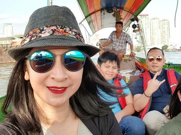 Selfie bareng keluarga pas liburan, cekrek! (Foto: Instagram/novitaangie)