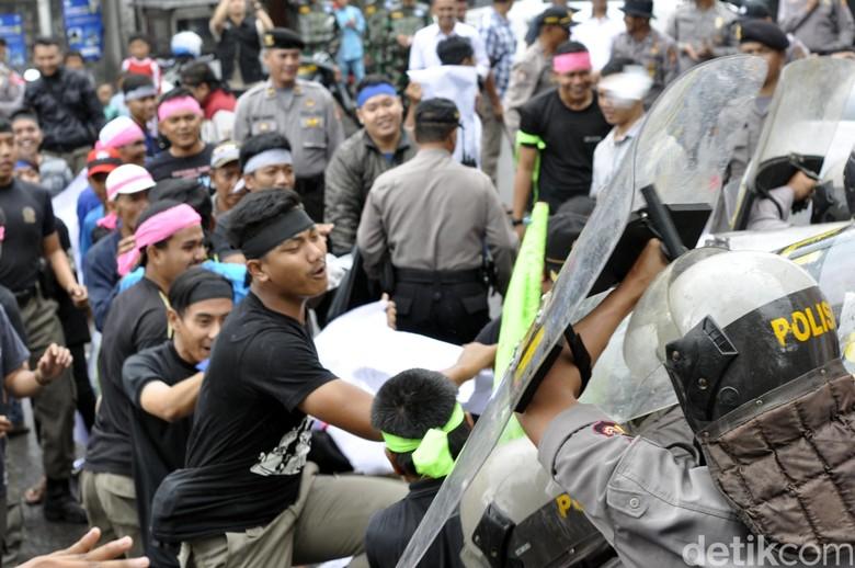 Adegan Simulasi, Massa dan Polisi Bentrok di KPU Kota Sukabumi