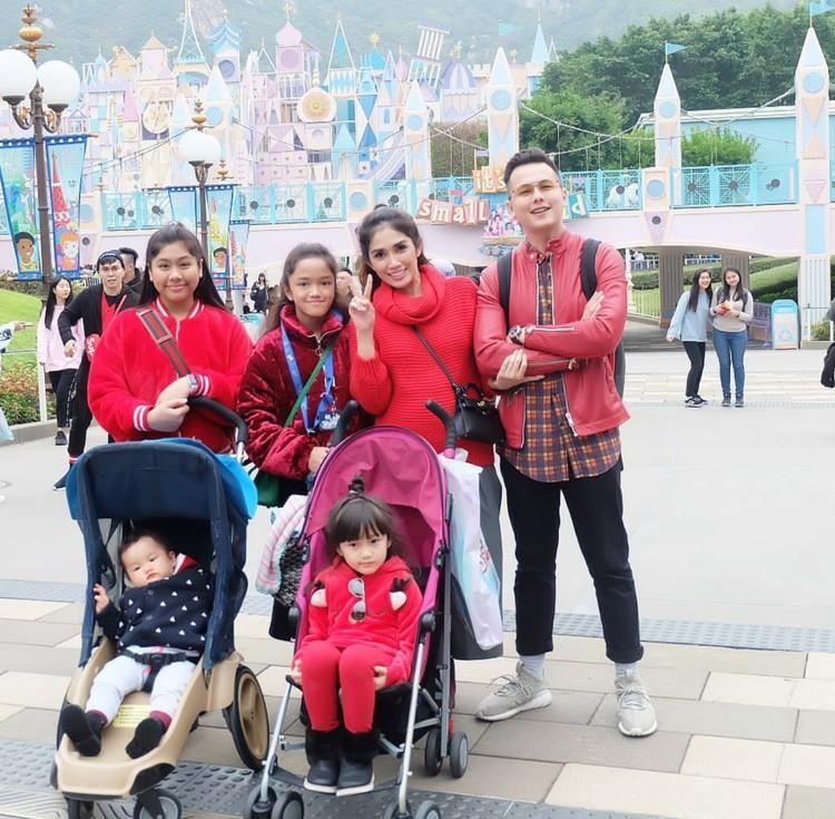 Kompak pakai baju samaan ketika ke taman bermain bareng keluarga? Kenapa nggak, oke lho seperti keluarga Andhika dan Ussy ini. (Foto: Instagram/ussypratama)