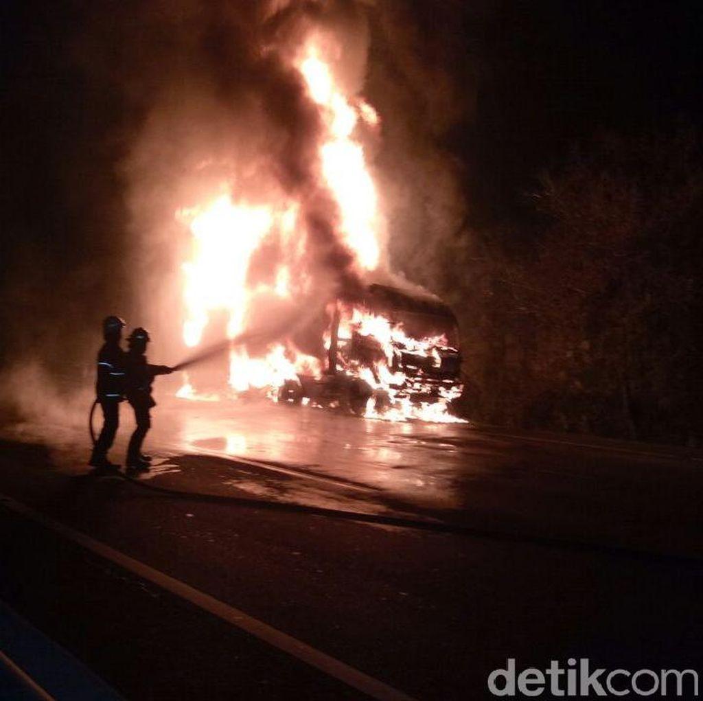 Truk Tangki Pertamina Terbakar di Tol Tanjung Priok Arah Cawang