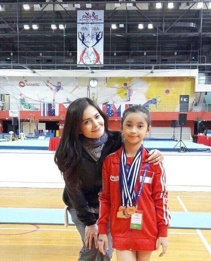 Sidney Azkassyah Yusuf adalah anak yang berprestasi. Putri dari presenter Cut Tari dan Yusuf Subrata ini merupakan seorang atlet senam telah menorehkan banyak penghargaan. Wah! (Foto: Instagram/cuttaryofficial)