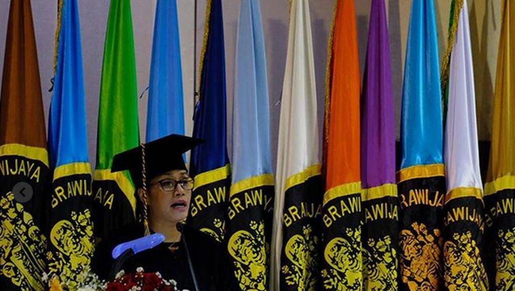 Pakai Toga, Sri Mulyani Orasi di Universitas Brawijaya