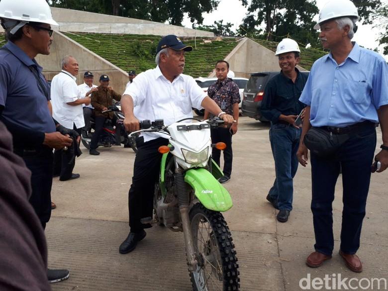 Menteri PUPR Basuki Hadimuljono mengunjungi Bendungan Raknamo. Foto: Ardan Adhi/detikFinance