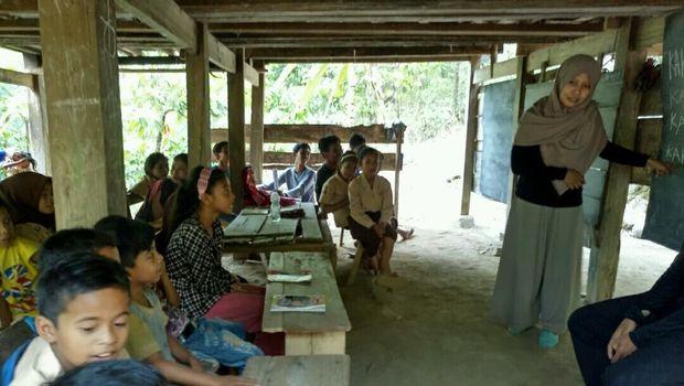 Sekolah Kolong Rumah dan Cerita 90 Persen Warga Kampung Buta Huruf